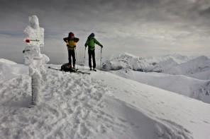 """Pierwszy kompletny przewodnik narciarstwa wysokogórskiego po Tatrach – """" Tatry na nartach. Przewodnik skiturowy"""" Wojciecha Szatkowskiego"""