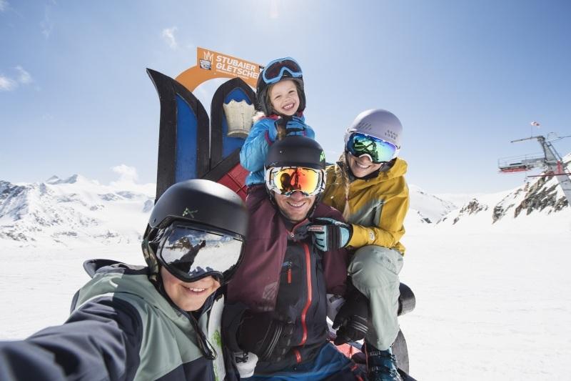 big_family_eisthron_print__3_fot-_stubaier_gletscher_andre_schonherr-web-sm