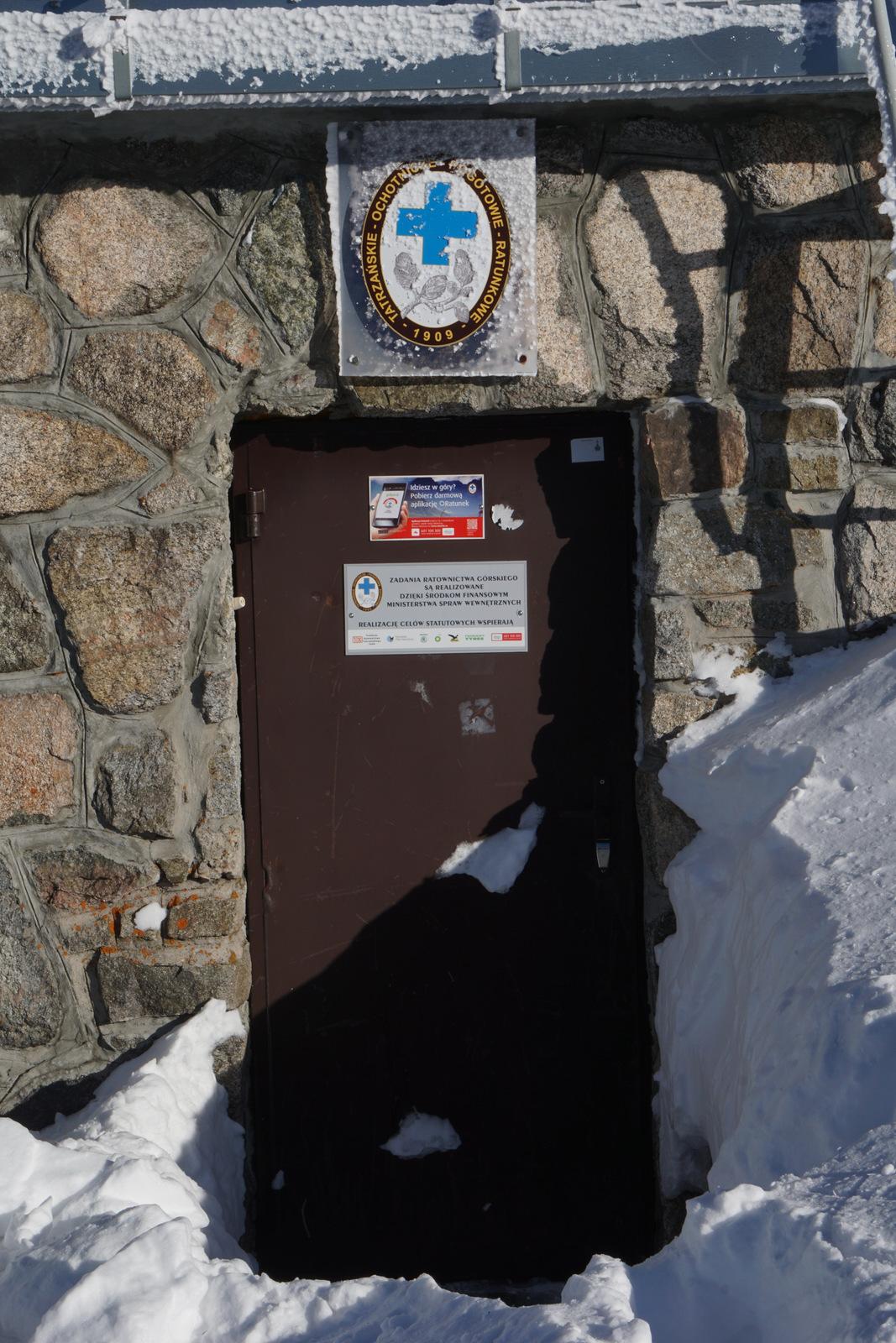 Dyżurka TOPR na Kasprowym Wierchu- czynna dopiero po uruchomieniu tras narciarskich