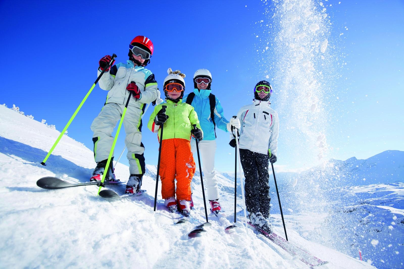 Pierwsze kroki na nartach to dla dzieciaków najczęściej wielka frajda, fot. Kinderhotels Europa