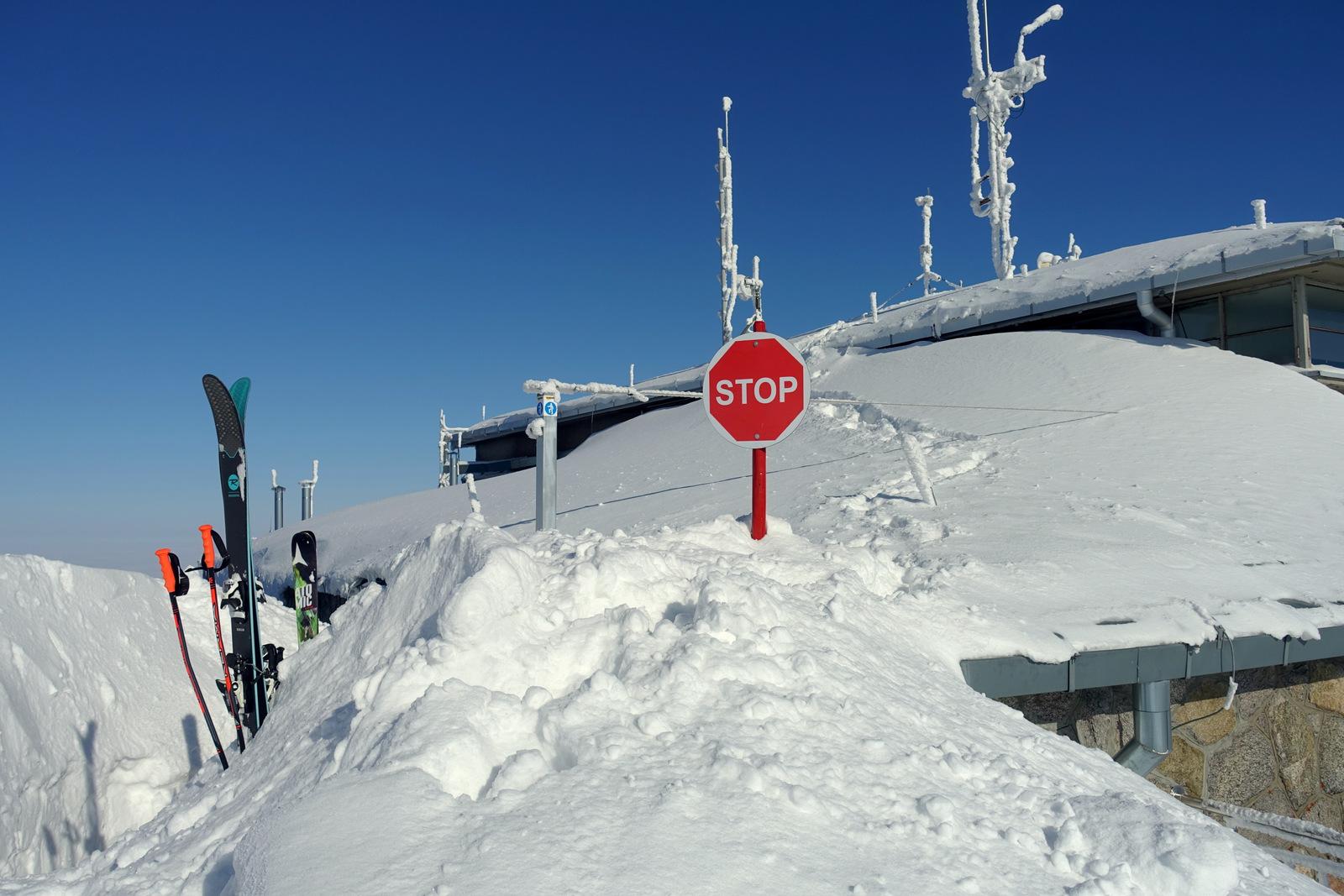 Pokrywa śniegowa na dachu górnej stacji kolejki